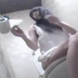 トイレでお漏らし隠し撮り