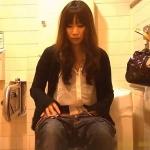 トイレ隠し撮りジーンズの美女
