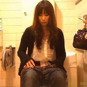 ジーンズ美人トイレ隠し撮り