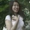 公園を歩く20歳の女性