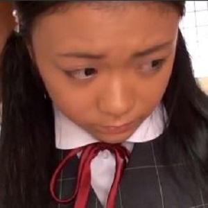制服女子高生、表情は固いが巨乳は柔らかい