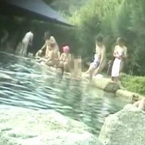 露天風呂女性客がカメラ持ち込み隠し撮り