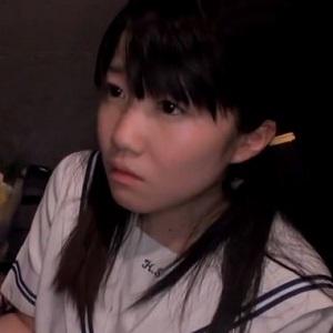 どこかのエレベーターホールで制服女子高生にビンビンの物を見せ、白い肌に擦りつける