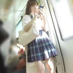 駅のホーム、電車内で女子高生のパンちら