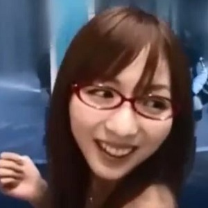 眼鏡のスレンダー美人が中出しされ、マジックミラー号の外には友達たちの姿が