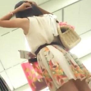 友達とショッピング中のひらひらミニスカート女子のパンちら
